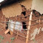 Traditionelle Lehmbautechnik in Kenia durch Schlagregen zerstört