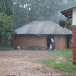 Finanziell Bessergestellte verklinkern die Lehmbauten (aus gebrannten Ziegeln)